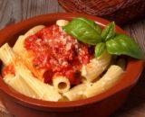 Maccheroni con pomodoro piccante e tartufo bianchetto