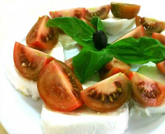 Caprese con pomodori, mozzarella di bufala fresca e colatura di alici