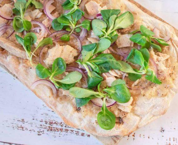 Pinsa con bocconcini di tonno e patè di cipolla