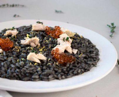 Risotto al nero di seppia, storione e uova di salmone