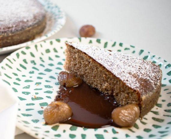 Torta di castagne e miele con marroni sciroppati e salsa al cioccolato